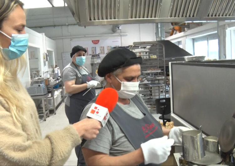 El programa de la Xarxa Connecta Lleida Pirineus visita l'obrador del Rosal per veure l'elaboració de les roses de galeta i xocolata de Sant Jordi