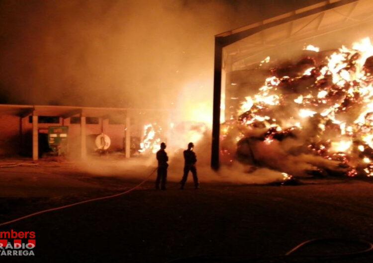 Sis dotacions dels Bombers treballen en l'extinció d'un incendi en un paller al municipi de Tàrrega